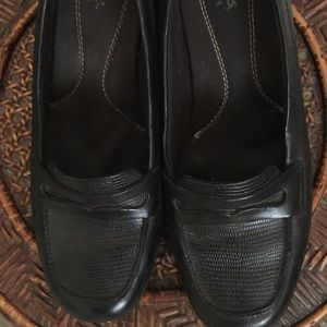 CLARKS GREAT CONDITION!!!! Very Comfy Dress Shoes